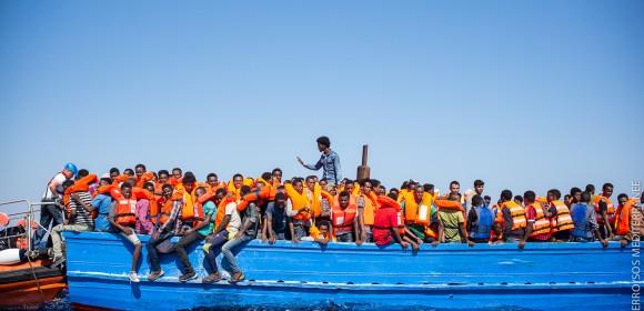 L'association SOS Méditerranée sur le pont pour recueillir les réfugiés en mer